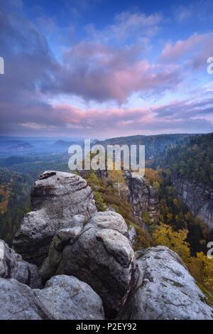 Le coucher du soleil, Heringstein, vue, la Suisse Saxonne, des montagnes de grès de l'Elbe, en Allemagne, en Europe Photo Stock