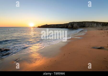 France, Morbihan, Saint-Pierre-Quiberon, la plage de Porz Guen, ou port blanc, au coucher du soleil Photo Stock