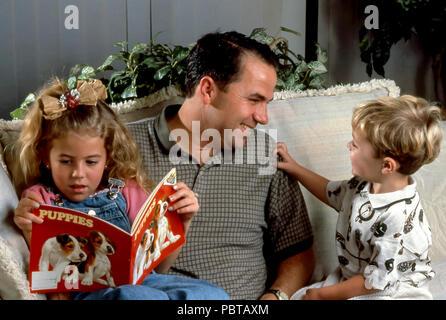 Jeune père interagit avec ses deux enfants à la maison. M. © Myrleen ....Pearson Ferguson Cate Photo Stock