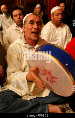 Alawi musulmans Soufi chantant et jouant de la batterie, Nandy, Seine-et-Marne, France, Europe Photo Stock