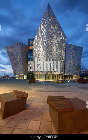 Photo de nuit du Titanic Belfast visitor centre, l'Irlande du Nord. Photo Stock