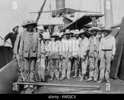 Les prisonniers espagnols à bord du navire du charbon (collier) Abarenda à Guantanamo, le 14 juin 1898. Photo Stock