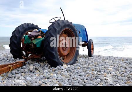 Old rusty tracteur sur plage de Cromer, North Norfolk, Angleterre Photo Stock