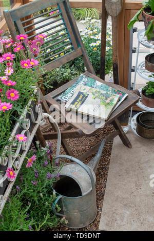 Chaise en bois à l'intérieur d'une serre à un flower show. UK Photo Stock