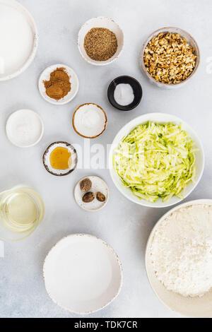 Ingrédients pour pain de courgettes végan photographié sur un fond gris. Photo Stock