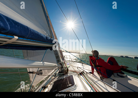 Man relaxing on yacht au soleil. Photo Stock