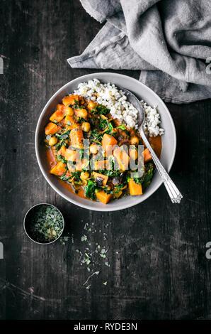 La patate douce, les pois chiches, le chou vert et Curry Photo Stock