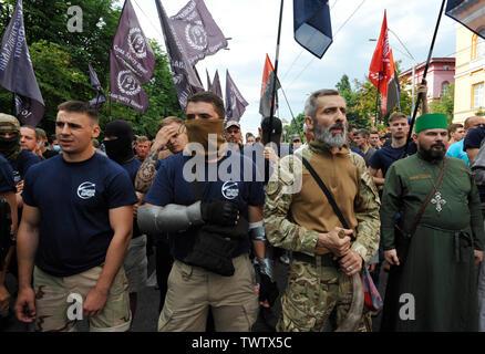 Des militants ultranationalistes ukrainiens protester contre la Gay Pride Parade annuelle à Kiev.Plus de 8 000 personnes se sont rendues à Kiev pour la Gay Pride Parade annuelle. La sécurité est serré que les militants d'extrême droite, a tenté de perturber la fête. Les manifestants, brandissant des drapeaux ukrainiens et arc-en-ciel et porter des costumes colorés, ont défilé dans le centre de la capitale, alors que des milliers de policiers et de troupes de la Garde nationale étaient là, pour assurer l'ordre. Photo Stock