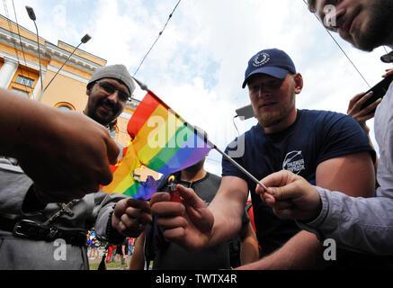 Des militants ultranationalistes ukrainiens brûler un drapeau LGBT au cours de protester contre la Gay Pride Parade annuelle à Kiev.Plus de 8 000 personnes se sont rendues à Kiev pour la Gay Pride Parade annuelle. La sécurité est serré que les militants d'extrême droite, a tenté de perturber la fête. Les manifestants, brandissant des drapeaux ukrainiens et arc-en-ciel et porter des costumes colorés, ont défilé dans le centre de la capitale, alors que des milliers de policiers et de troupes de la Garde nationale étaient là, pour assurer l'ordre. Photo Stock