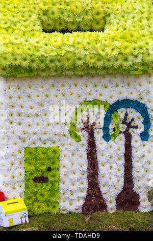 Christchurch Dorset, UK. 14Th Jun 2019. Le 2e FlowerFest a lieu dans la ville historique de Christchurch, soutenir localement occupent MacMillan brique par brique appel. Nous avons tous besoin de TLC et ensemble nous lient la Communauté avec des projets particulièrement floral, nature ou le jardin. Aujourd'hui est le premier jour de l'événement de trois jours où les visiteurs peuvent suivre un sentier de fleurs autour de la ville. Credit: Carolyn Jenkins/Alamy Live News Photo Stock