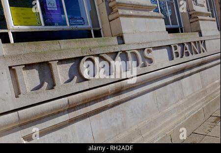 La banque Lloyds sculpté dans la pierre mur à l'extérieur branch, Norwich, Norfolk, Angleterre Photo Stock