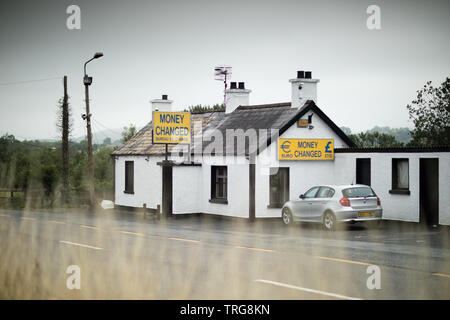 Sur le Royaume-Uni/Irlande border nr Newry, Co Down, Irlande du Nord Photo Stock
