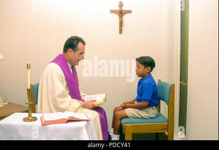 Jeune garçon 7-8-9 ans dans la confession de la réconciliation M. © Myrleen Pearson .....Ferguson Cate Photo Stock