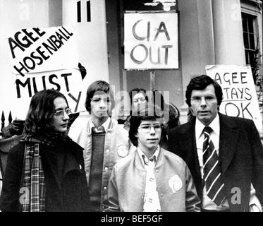 Les dénonciateurs de la CIA, PHILIP AGEE, droit lors d'un 1977 Londres protester contre son maintien. Photo Stock