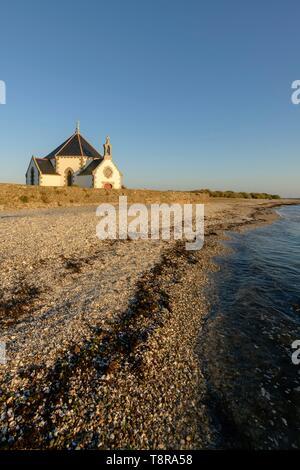 France, Morbihan, Sarzeau, Notre Dame de la chapelle de la côte de la presqu'île de Rhuys au coucher du soleil Photo Stock