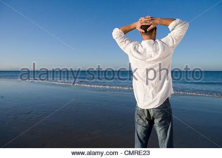 Homme debout par la mer Photo Stock