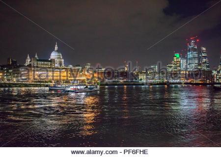 Vue de la ville de Londres à partir de la rive sud Photo Stock