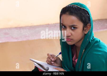 Portrait de jeune fille en milieu rural l'étude Photo Stock