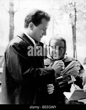 PAT BOONE chanteur signe un autographe pour un ventilateur à la fin des années 50. Photo Stock