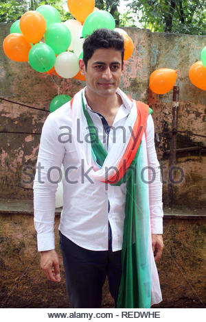 Acteur de télévision Mohit Raina pendant une cause d'organzie le déjeuner pour les enfants orphelins à l'occasion de l'Independence Day à Mumbai, Inde, le 15 août 2013. Utsava (Devdutta) Photo Stock