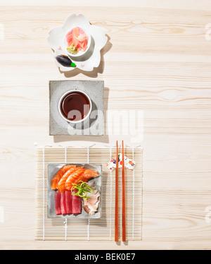 Sushi servi avec le gingembre, la sauce soja, le wasabi et le miso Photo Stock