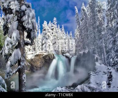 Sahalie Falls avec de la neige. Forêt nationale de Willamette. De l'Oregon. Photo Stock