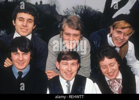 JIMMY POWELL ET LES CINQ DIMENSIONS du groupe pop britannique vers 1964 avec Powell bas milieu Photo Stock