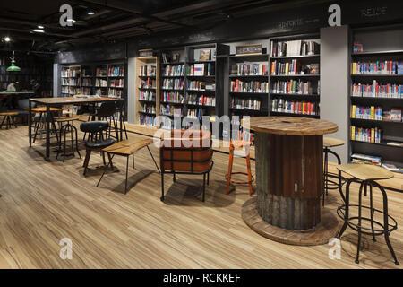 Sous-sol salle de lecture avec du parquet et des étagères. Bibliothèque Deichman Toyen, Oslo, Norvège. Architecte: Aat Vos, 2016. Photo Stock