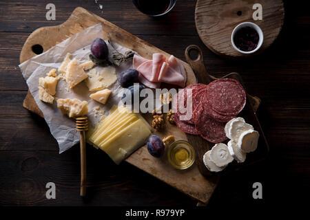 Conseil du fromage et de la viande, des collations pour le vin de noix et miel Photo Stock