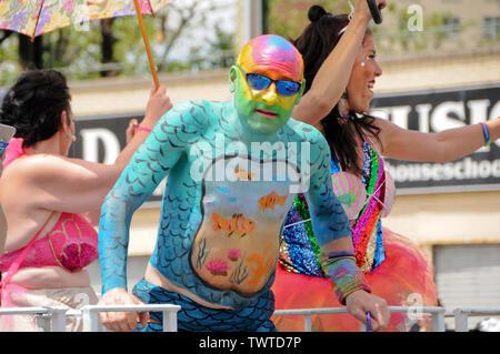 Recouvert de peinture corps participant durant l'événement.La 37e parade annuelle de sirène a eu lieu à Coney Island, à New York. C'est la plus grande parade de l'art aux Etats-Unis et l'un des plus grands de la ville de New York les évènements de l'été. Photo Stock