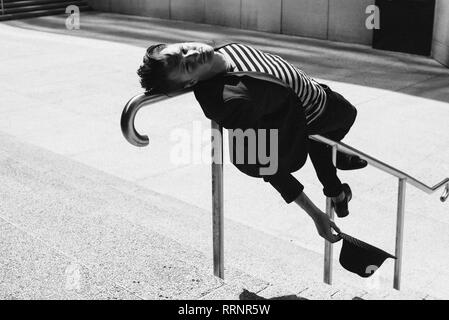 Portrait young man leaning on railing urbain Photo Stock