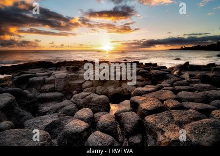 Coucher du soleil au large des côtes à Poipu, Kauai, Hawaï. Photo Stock