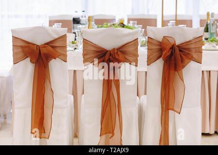 Ruban noué à chaise de salle à manger au mariage Photo Stock