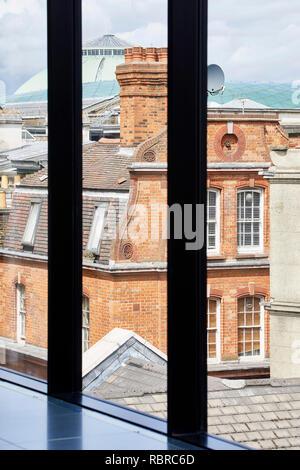 Vue à travers la fenêtre au dernier étage. 8 Bloomsbury, Londres, Royaume-Uni. Architecte: Buckley Gray Yeoman, 2017. Photo Stock
