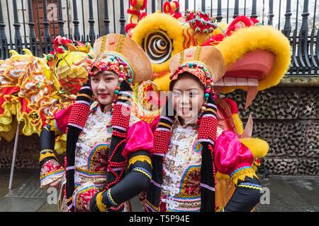 L'Angleterre, Londres, Chinatown, défilé du Nouvel An Chinois, les participants du défilé en costume chinois coloré Photo Stock