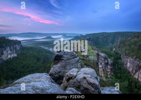 Heure Bleue, Heringstein, vue, la Suisse Saxonne, des montagnes de grès de l'Elbe, en Allemagne, en Europe Photo Stock