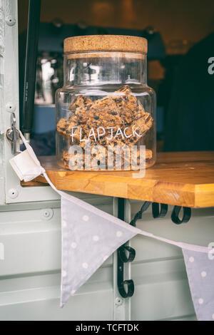 Flapjacks dans un pot sur un food à Chatsworth RHS Flower Show 2019. Chatsworth, Derbyshire, Royaume-Uni. Vintage filtre appliqué Photo Stock