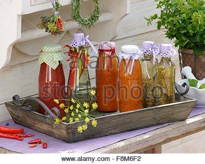 Pesto tomate maison et de chili-, le thym et le vinaigre de romarin- Photo Stock
