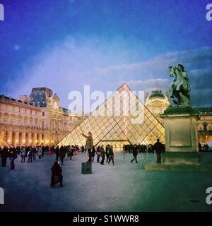 Pyramide et le Louvre Museum Photo Stock