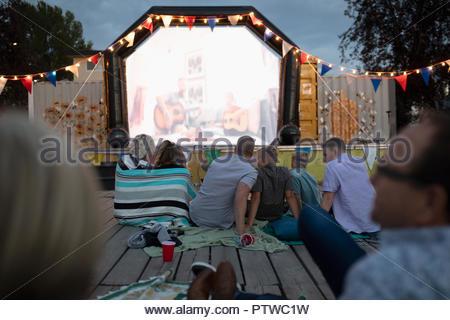 Profitant de la foule film dans le parc Photo Stock
