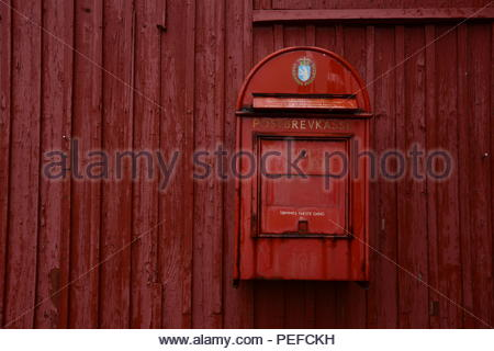 Une boîte aux lettres rouge à Qaqortoq (Groenland). Photo Stock