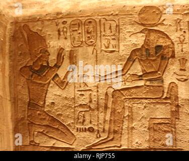 Une photographie prise du Temple d'Abou Simbel, en Nubie, le sud de l'Égypte, près de la frontière avec le Soudan. Le complexe est un UNESCO World Heritage Site. Le temple remonte au 13e siècle avant J.-C., au cours de la xixe dynastie règne du Pharaon Ramsès II. C'est un monument au roi et commémore sa victoire à la bataille de Kadesh. Le complexe a été transféré dans sa totalité en 1968 sous la supervision d'un archéologue, polonais Kazimierz Michalowski, sur une colline artificielle faite à partir d'une structure en forme de dôme, au-dessus du réservoir du barrage d'Assouan. Photo Stock