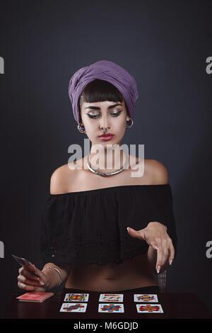 Belle fortune teller la lecture de cartes. Portrait Studio Photo Stock