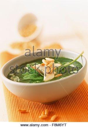 Soupe d'épinards avec fromage bleu et noix de pin Photo Stock