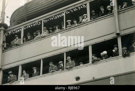 Les passagers sur le rail de la RMS Scandinavian en route pour le Canada - 24 septembre 1920. Photo Stock
