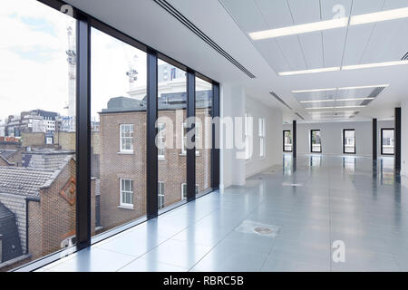 L'espace de bureau non meublé à l'étage supérieur. 8 Bloomsbury, Londres, Royaume-Uni. Architecte: Buckley Gray Yeoman, 2017. Photo Stock