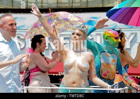 Les participants sur un flotteur d'effectuer des gestes au cours de la 37e assemblée annuelle EventThe Mermaid Parade a eu lieu à Coney Island, à New York. C'est la plus grande parade de l'art aux Etats-Unis et l'un des plus grands de la ville de New York les évènements de l'été. Photo Stock