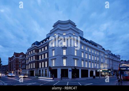 Crépuscule avec élévation de l'ensemble des intérieurs éclairés intersection. 8 Bloomsbury, Londres, Royaume-Uni. Architecte: Buckley Gray Yeoman, 2017. Photo Stock