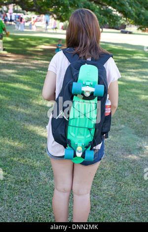 Teen portant un sac à dos à roulettes Photo Stock