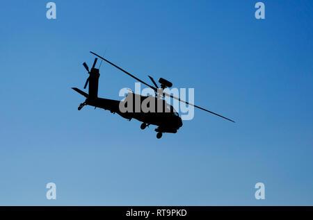 L'hélicoptère d'attaque militaire apache en vol Photo Stock